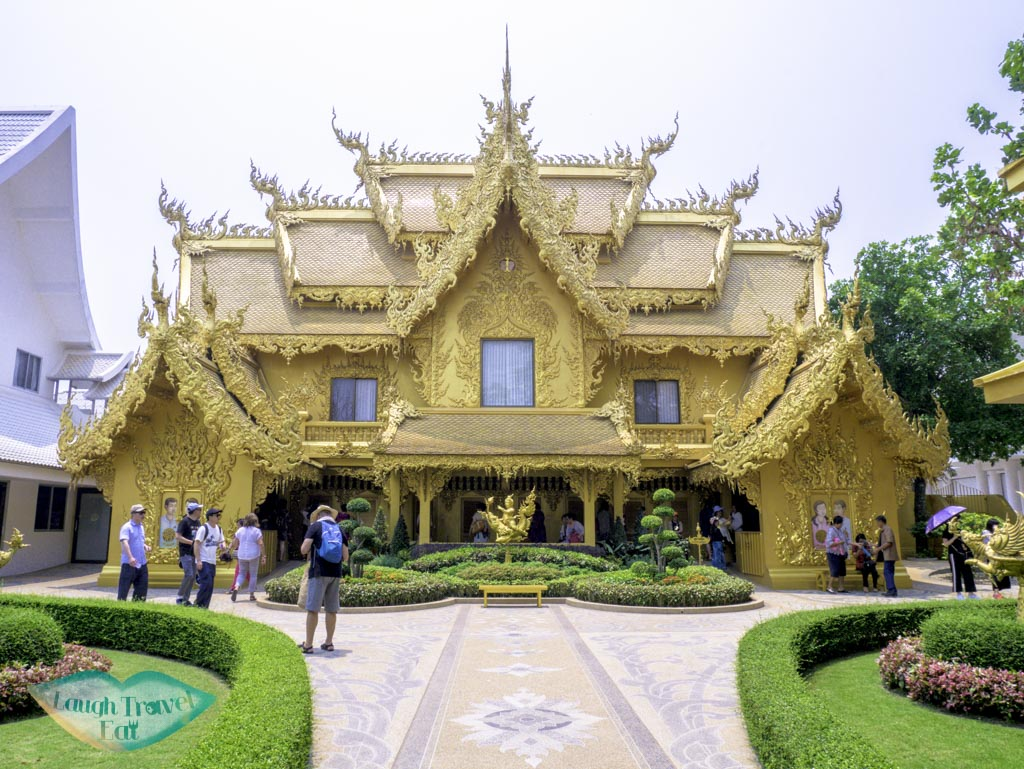 golden-toilet-in-white-temple-chiang-rai-thailand-laugh-travel-eat