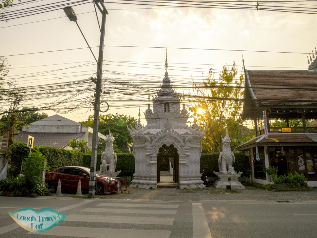 wat-pansao-entrance-thailand-laugh-travel-eat