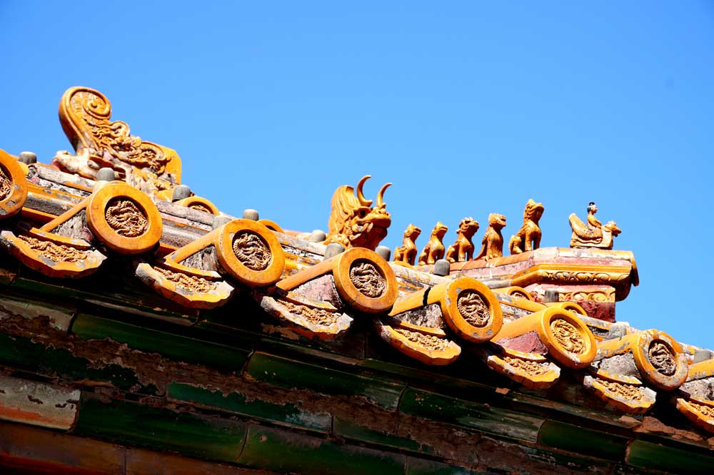 The figures and creatures on the roof eaves -the more there are, the more important the building is. The maximum is 10 at the Hall of Supreme Harmony, Forbidden City, Beijing | Laugh Travel Eat