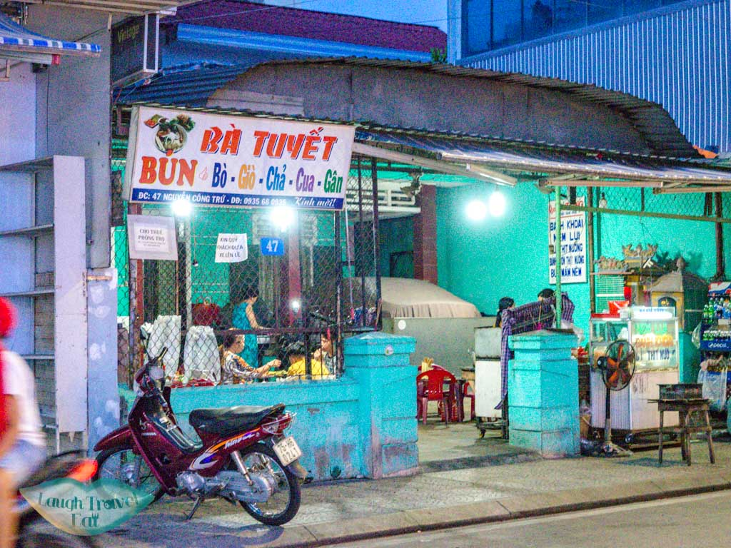 Quan an ba Tung hue vietnam - laugh travel eat