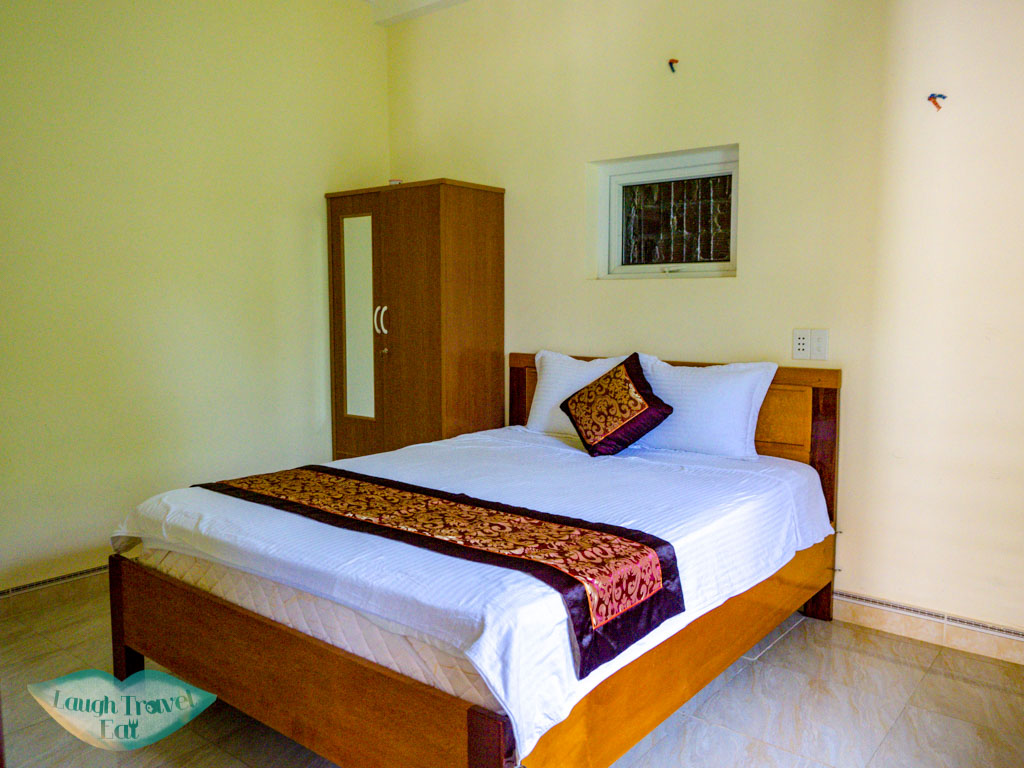 room hang en hotel phong nha vietnam - laugh travel eat