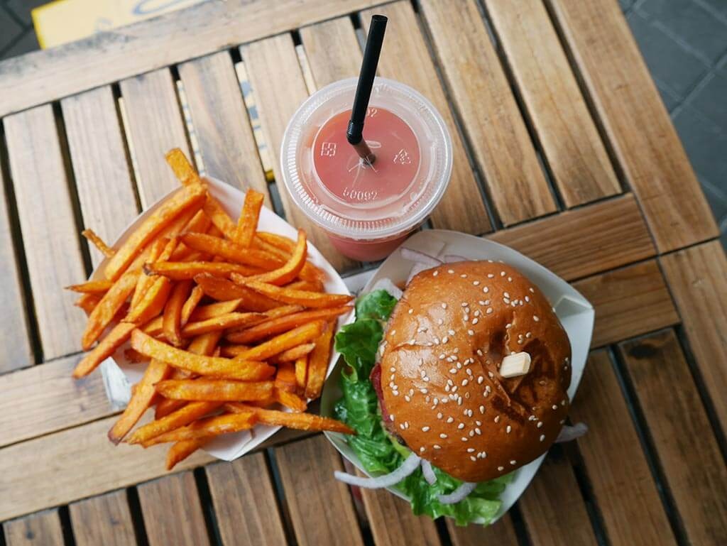 Burger + sweet potato chips + fresh guava juice = best meal ever, Burger Deli, Sai Kung, Hong Kong | Laugh Travel Eat