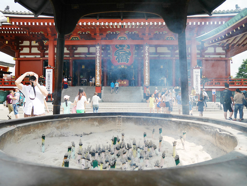 incense burner in front of sensoji temple, asakusa, taito, tokyo, japan | Laugh Travel Eat