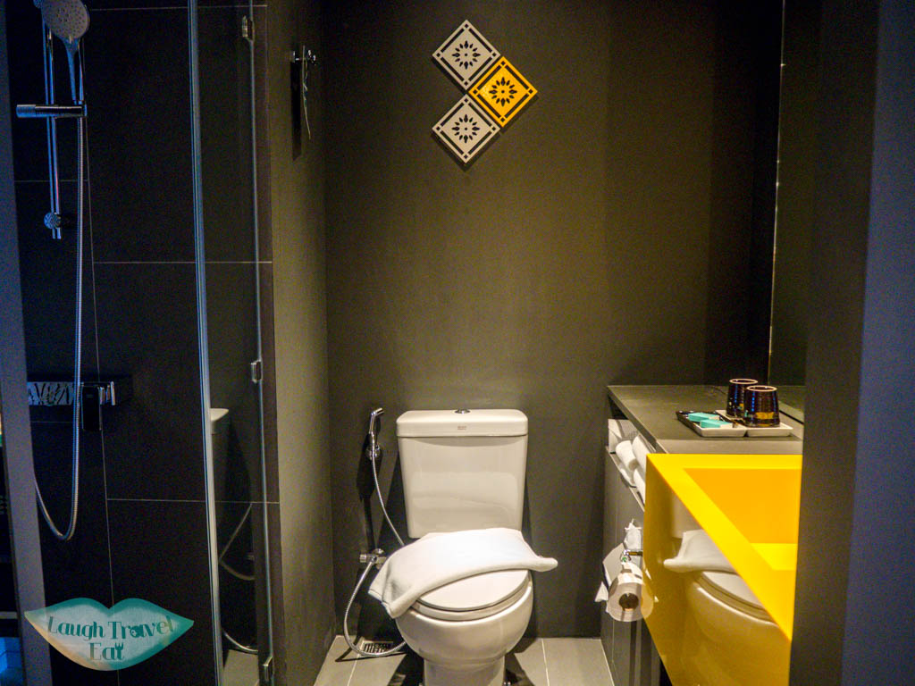 bathroom-Ibis-Bangkok-Sukhumvit-4-twin-room-bangkok-thailand-laugh-travel-eat
