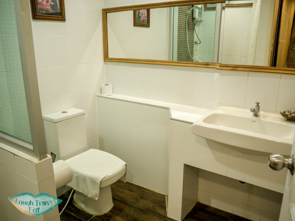 bathroom-in-Mariya-Boutique-hotel-in-Suvarnabhumi-airport-bangkok-thailand-laugh-travel-eat