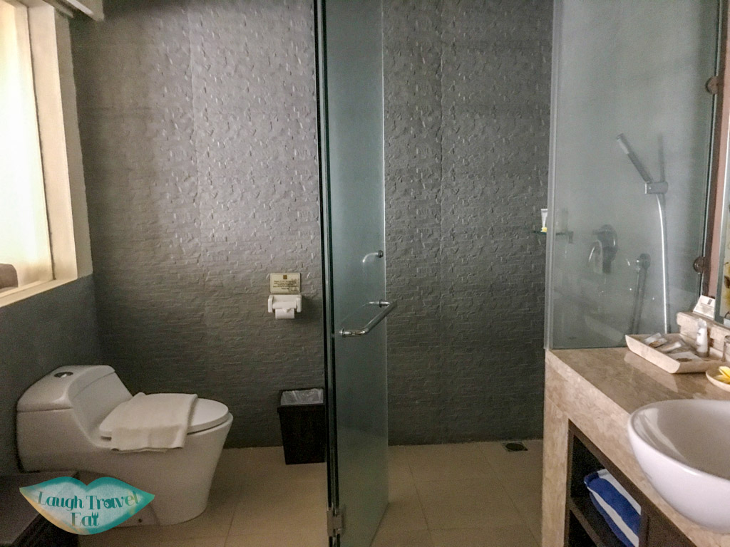 bathroom-twin-room-dpenjor-seminyak-bali-indonesia-laugh-travel-eat