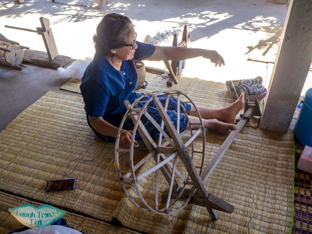 cotton-thread-making-step-3-indigo-dye-Ban-Nong-San-sakon-nakhon-thailand-laugh-travel-eat