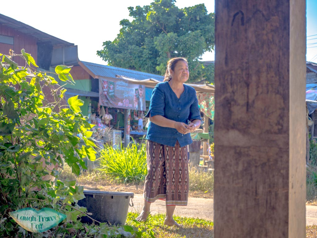 indigo-dyeing-lady-Ban-Nong-San-sakon-nakhon-thailand-laugh-travel-eat
