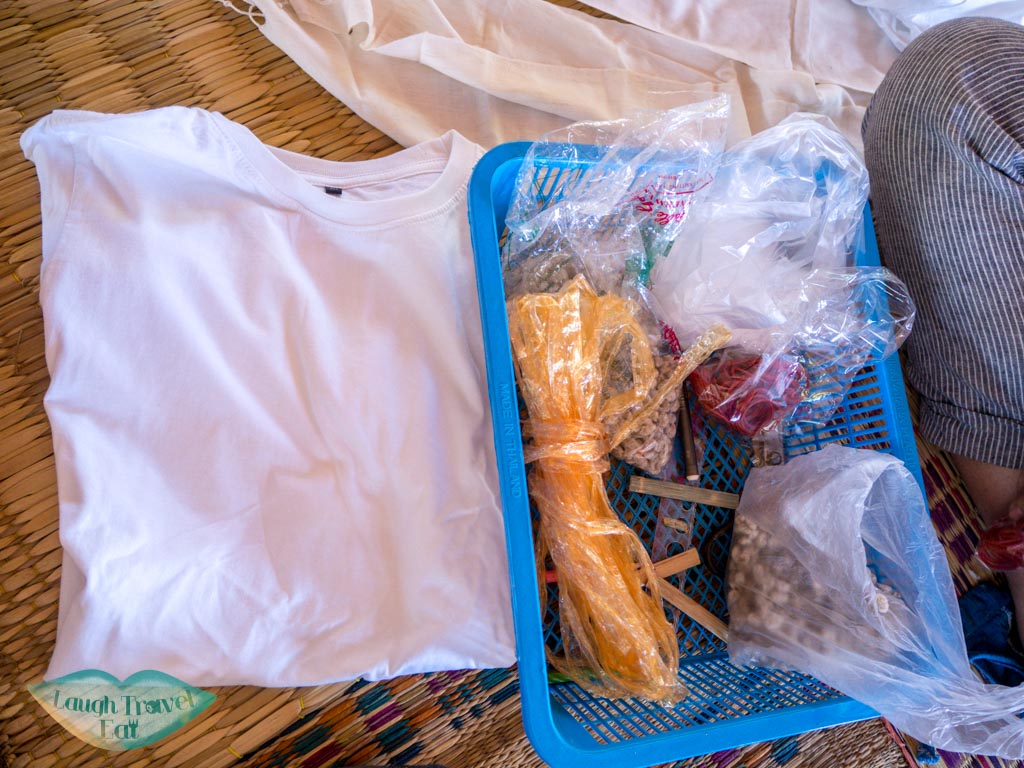tie-dye-making-indigo-dye-Ban-Nong-San-sakon-nakhon-thailand-laugh-travel-eat