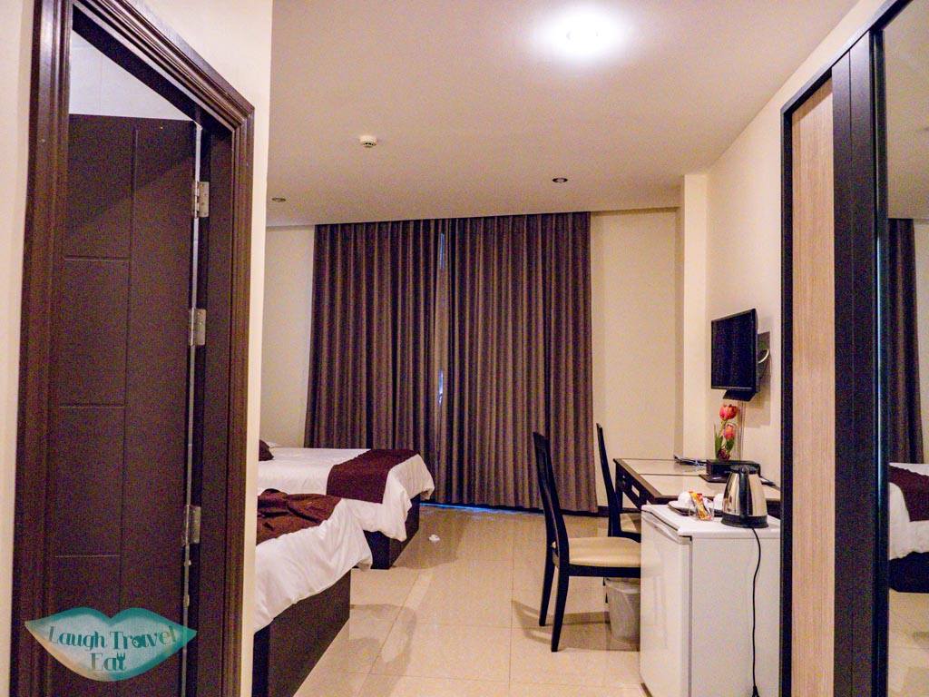 central-point-hotel-room-vientiane-laos-laugh-travel-eat