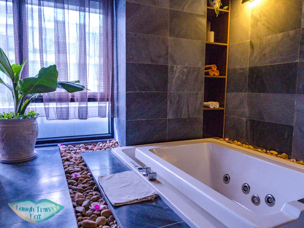 jacuzzi maison spa room belle maison parosand danang vietnam - laugh travel eat